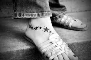 Le tatouage aux pieds à l'encre peut être permanent.